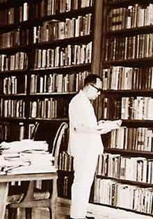 Bung Hatta dengan 8000 ribu lebih buku di perpustakaannya